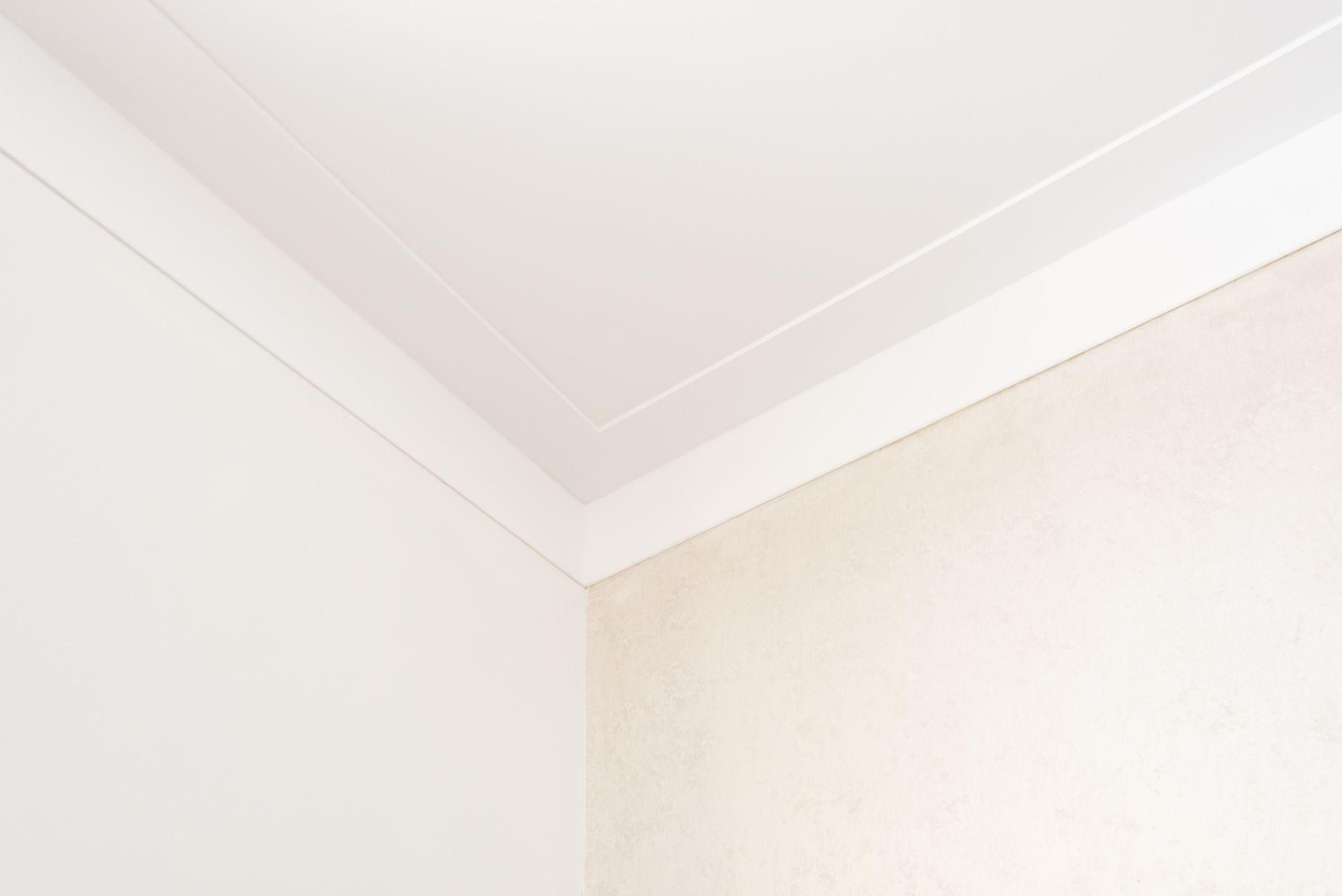 plafond en wand glad stucwerk met plint op wand en plafond