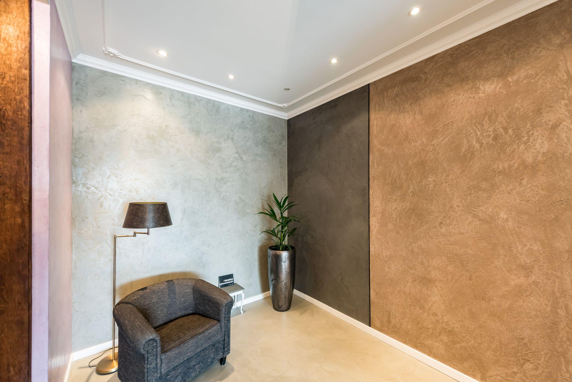 plafond glad stucwerk met lijstwerk en wand terrastone