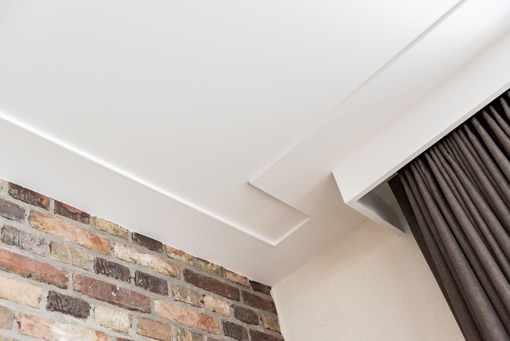 plafond glad stucwerk en platte plint met gordijnkast