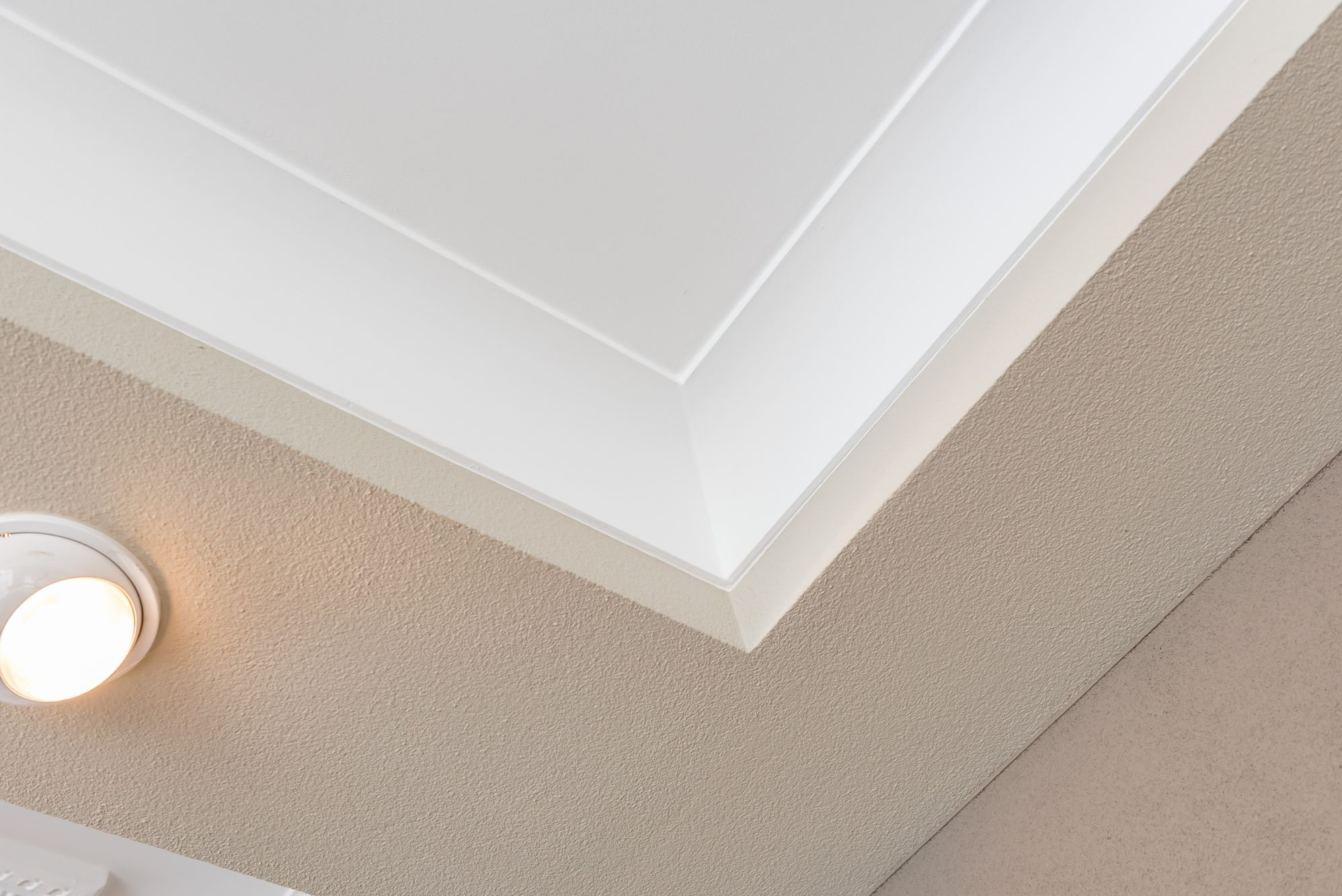 plafond glad stucwerk met holle plint en wand spachtelputz