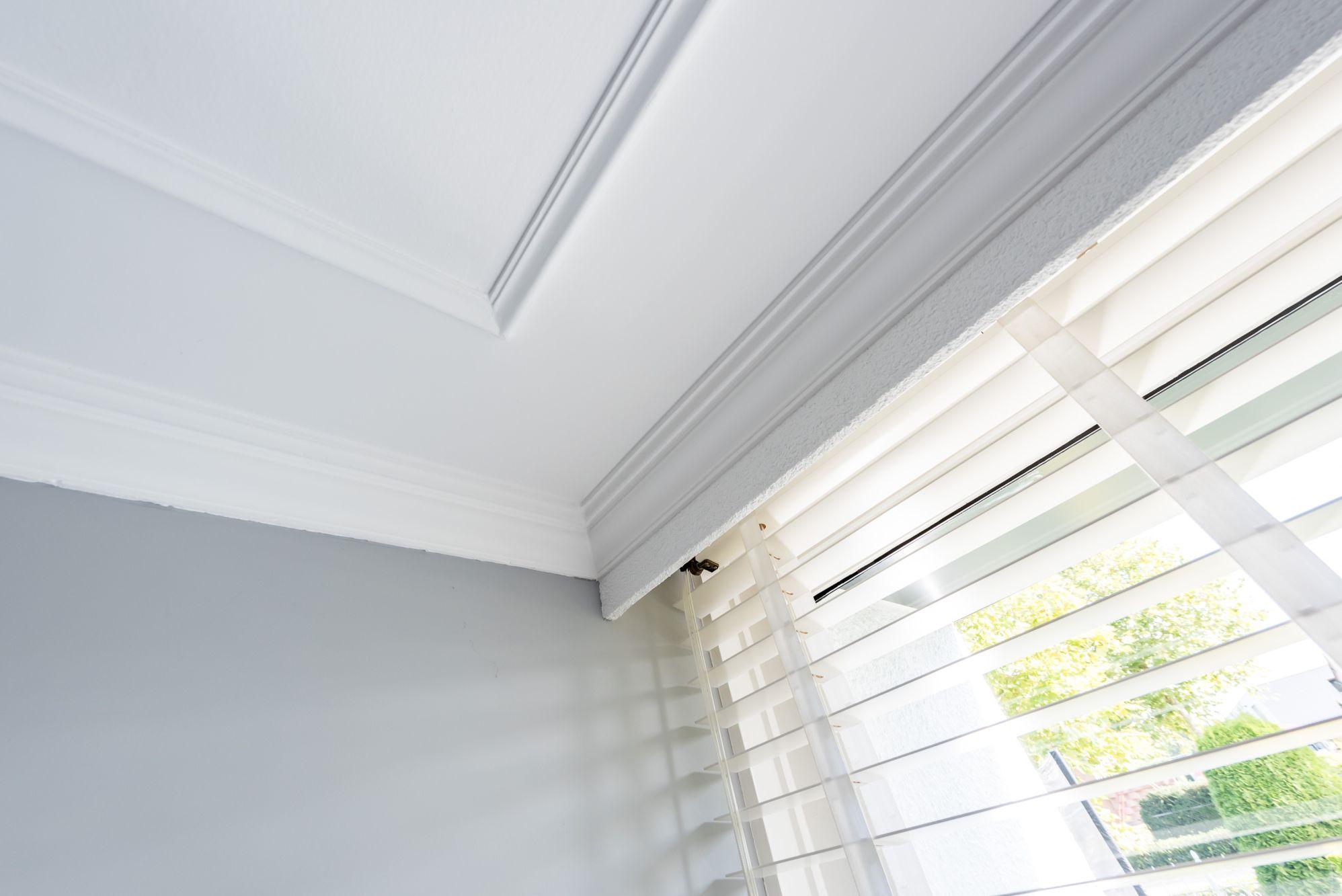 plafond glad stucwerk met platte plint