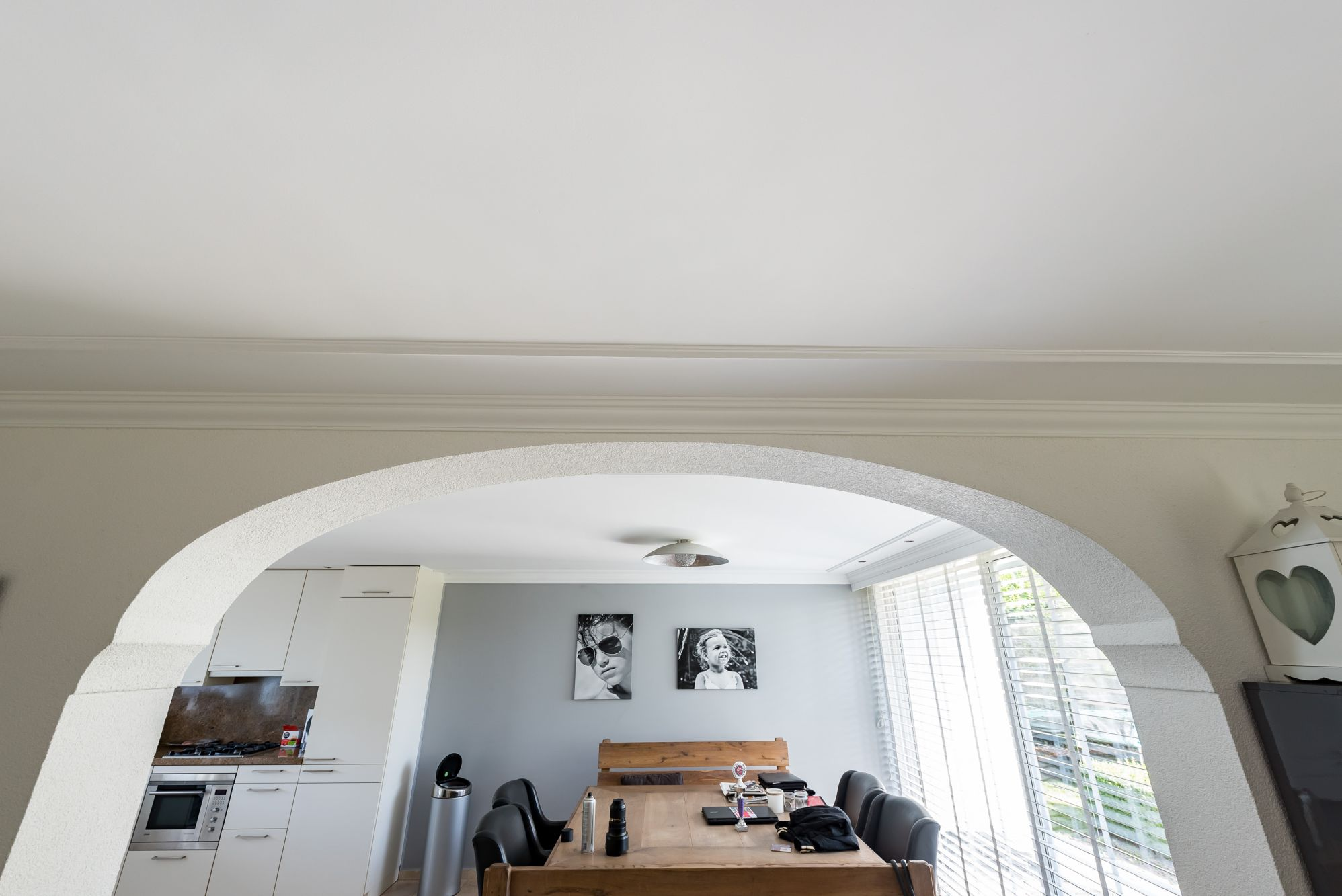 plafond glad stucwerk met lijstwerk en wand spachtelputz op kleur