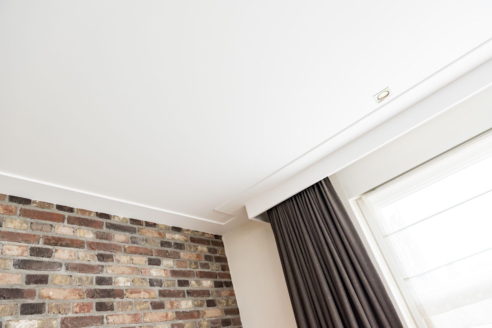 plafond glad stucwerk met platte plint en gordijnkast