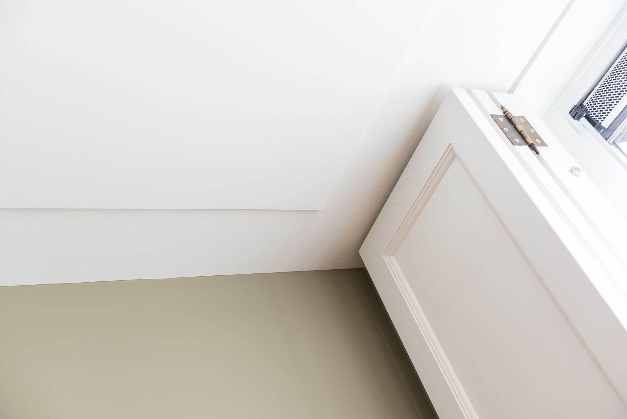 plafond glad stucwerk met terugliggende plint