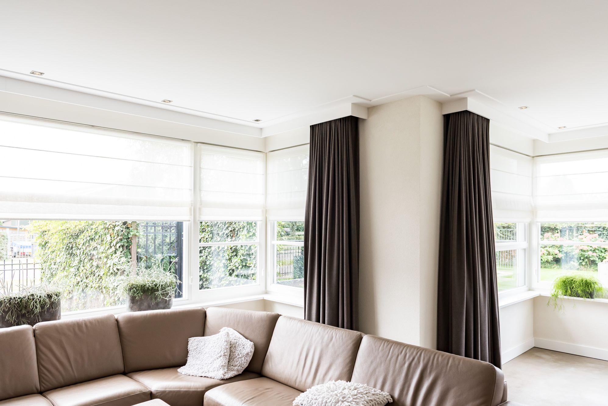 plafond met platte plint en gordijnkasten