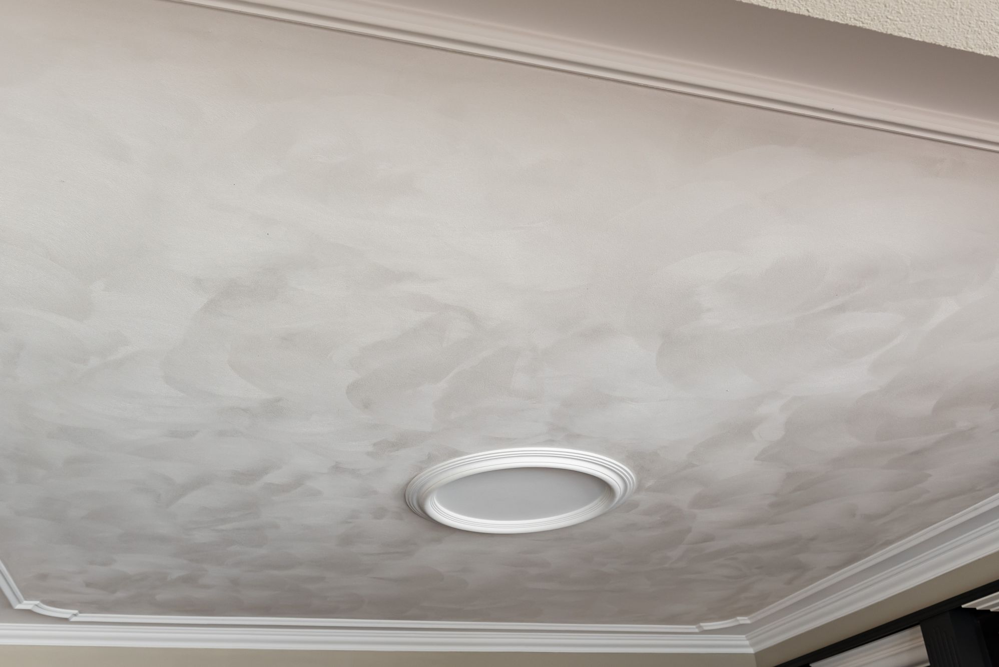 plafond schuurwerk met perklijst en glad stucwerk eromheen