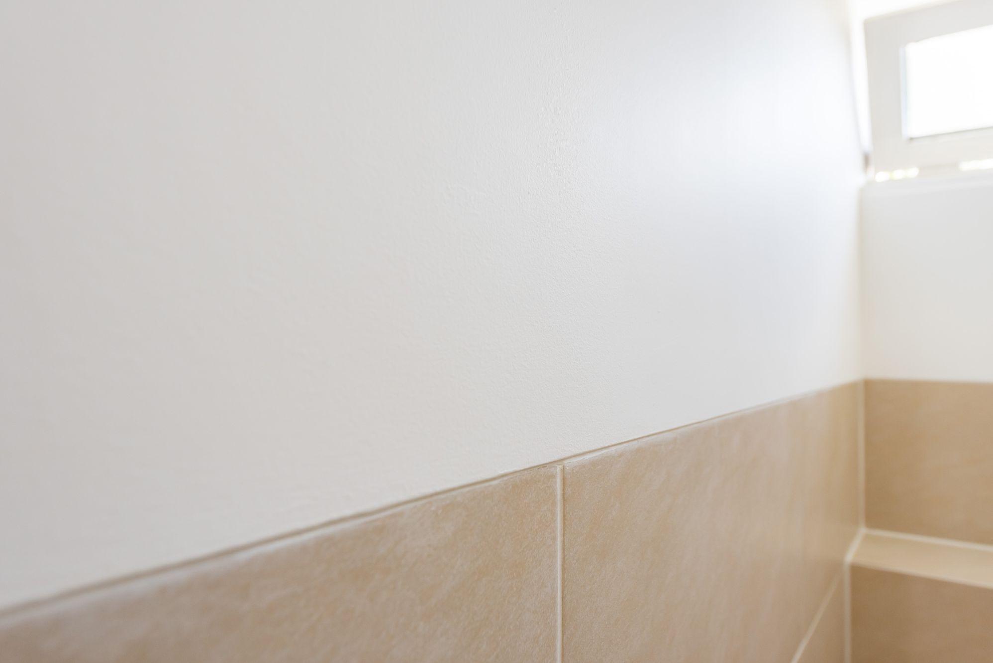 wand wc gelijk met tegelwerk glad stucwerk